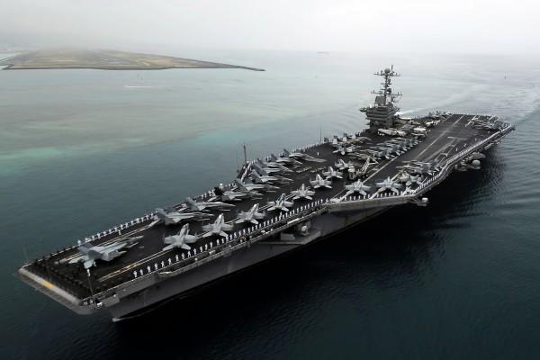 Marineros en formación, en la cubierta del portaaviones