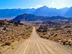 Carretera de tierra hacia las montañas