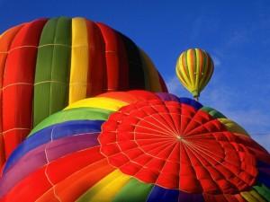 Postal: Globos de colores en un cielo azul