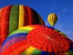Globos de colores en un cielo azul