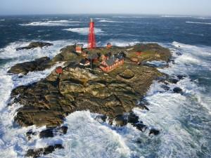 Postal: Pequeña isla con olas embravecidas