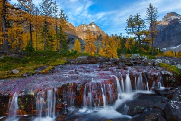 Río entre las rocas (Canadá)