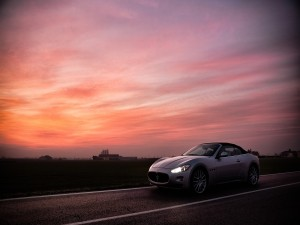 Postal: Maserati Gran Cabrio en la carretera