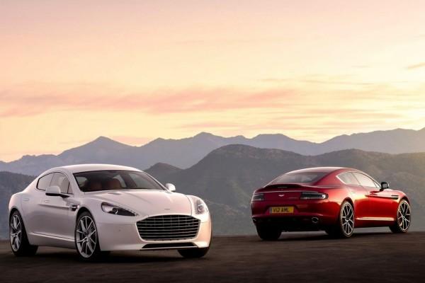 Aston Martin blanco y otro de color rojo