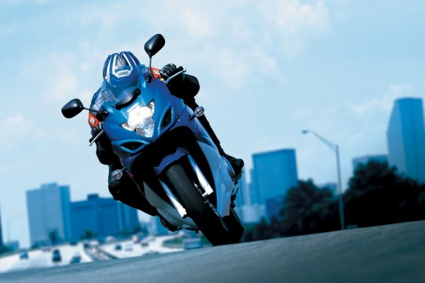 Suzuki azul en la carretera