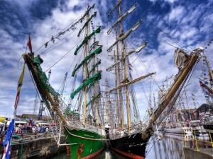 Dos bonitos barcos en el muelle