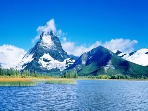 Nubes en el pico de la montaña