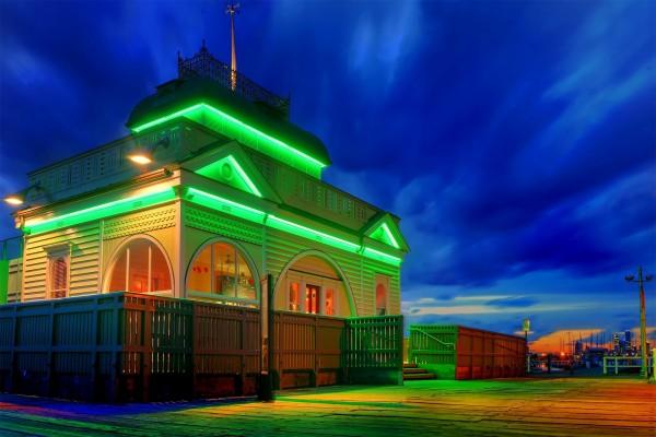 Edificio con luces verdes
