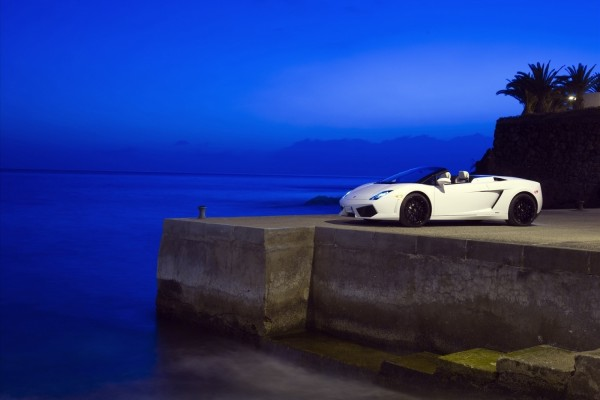 Lamborghini junto al mar