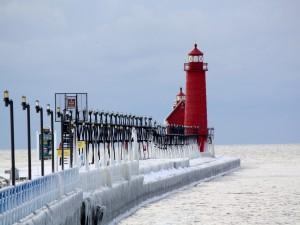 Faro rojo visto en invierno
