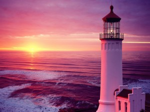 Faro y el sol al atardecer