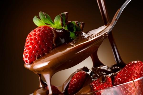Cuchara con chocolate y fresa