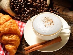 Café espumoso, canela y croissant