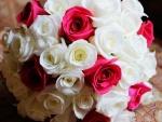 Ramo de rosas blancas y rojas
