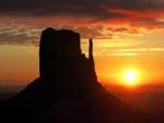 El sol y la montaña vistos al atardecer
