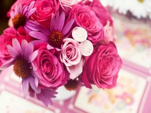 Ramo con flores en tonos rosas