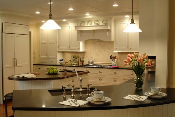 Flores y manzanas, en una elegante cocina