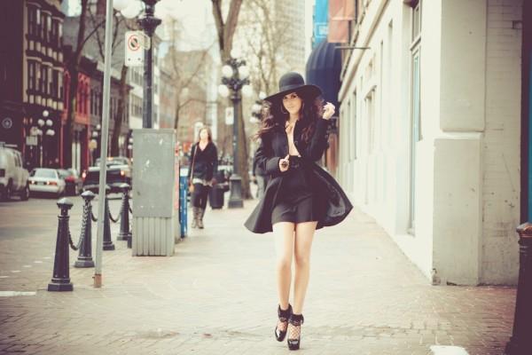 Con sombrero por la calle
