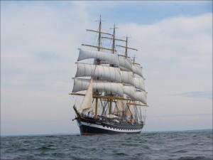Barco con grandes velas navegando