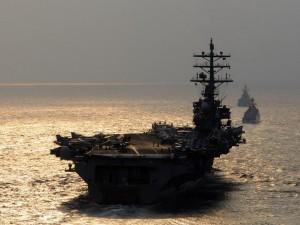 Portaaviones en el mar al atardecer