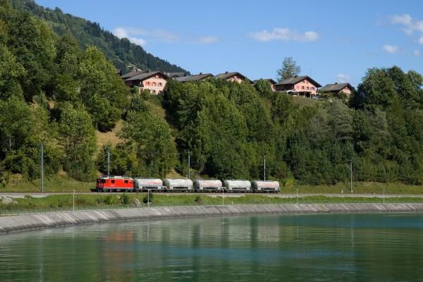 Locomotora llevando las cisternas