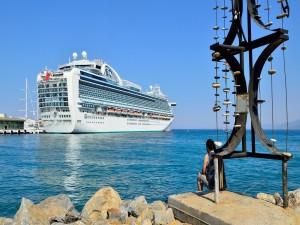 Barco crucero en el puerto