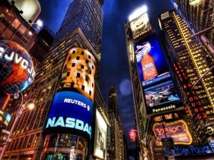 Letreros luminosos en la noche de la ciudad