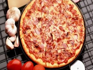 Pizza de tomate, ajos y cebolla