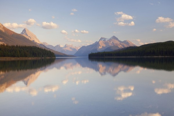 Nubes sobre el lago y las montañas