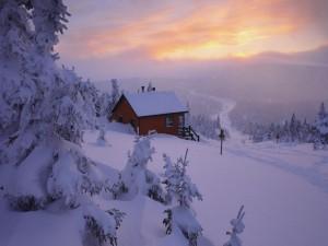 Casa nevada al amanecer