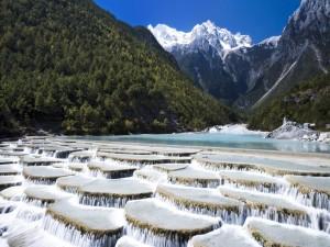 Pequeñas cascadas en un bello lugar