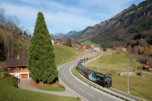 Tren atravesando un valle