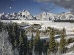 La luna llena sobre las montañas nevadas