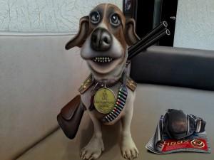 Perro de dibujos animados con charreteras, insignia y bandolera