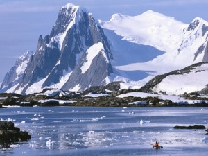 Canoa en el frío lago