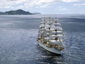Barco alejándose de la costa