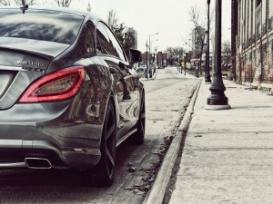 Postal: Mercedes-Benz AMG, estacionado en una calle