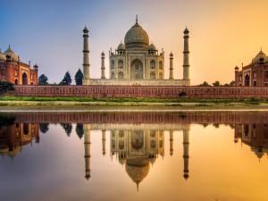 Postal: El Taj Mahal, reflejado en el río Yamuna al atardecer