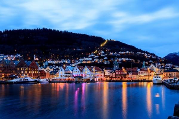 Casas, edificios y muelle de Noruega