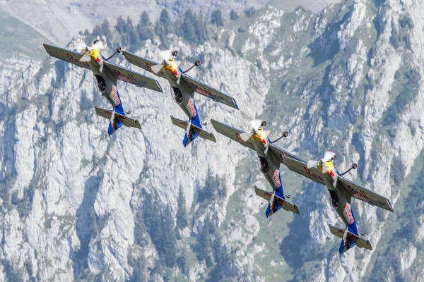Aviones haciendo acrobacias en el aire