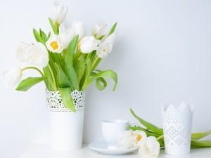 Tulipanes blancos en un jarrón, y sobre la mesa