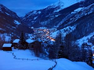 Cabañas y montañas nevadas (Los Alpes)