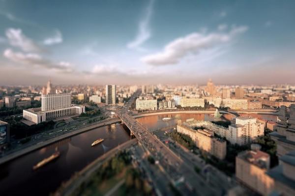 Barco de papel, en el río de la ciudad