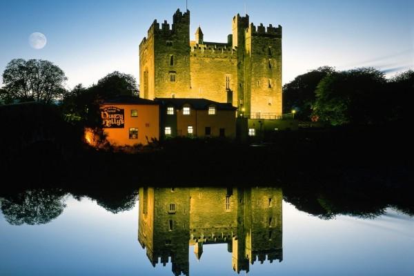La luna llena junto al castillo