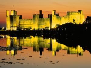 Castillo iluminado al anochecer