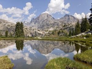 Montañas en un bello entorno