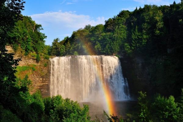 Arcoíris frente a una gran cascada