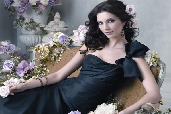 Hermosa morena con vestido negro