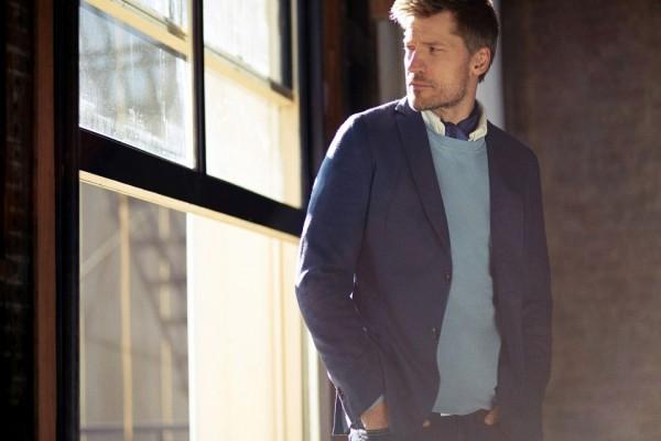 El señor actor Nikolaj Coster-Waldau mirando por la ventana