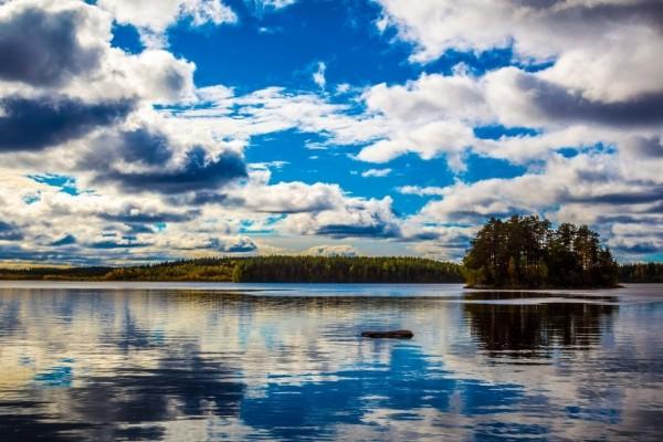 Nubes reflejadas en el agua del lago